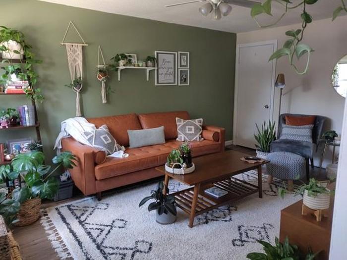 Nuansa hijau juga tetap bisa kalian dapatkan lho meskipun di dalam ruangan, dengan furniture tanaman di tiap sudut ruang tamu kalian akan menjadi lebih sejuk (sumber : pinterest.com/reddit.com)