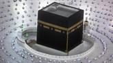 Umat Muslim menjalankan ibadah di hari perdana bulan Ramadan di Masjidil Haram dengan khidmat.