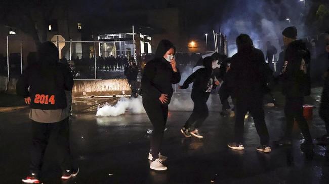 Huru-hara di tengah demonstrasi protes penembakan kulit hitam di tangan aparat Amerika Serikat di Minnesota kian membara.