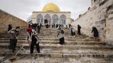 Penduduk Muslim Palestina di Yerusalem membersihkan dan menghias Masjid Al-Aqsa menyambut Ramadan.