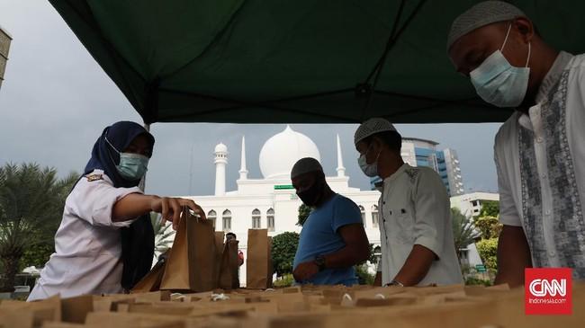 Pembagian takjil secara gratis ini dilakukan pengurus masjid Al Azhar secara drive thru, di mana 500 paket disiapkan saban hari di bulan Ramadan ini.