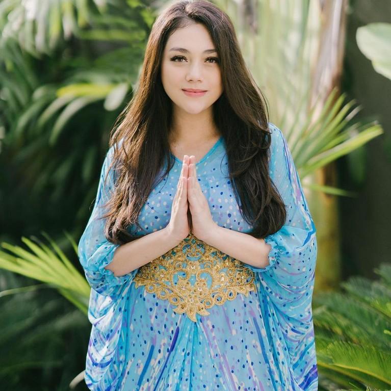 Unggah potret menggunakan kaftan Celine Evangelista terlihat cantik dan bikin hati sejuk. Yuk intip potret Celine di balut Kaftan!