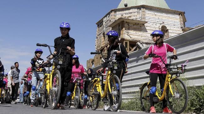 Sejumlah perempuan berpartisipasi dalam lomba maraton sepeda perempuan pertama di Irak.