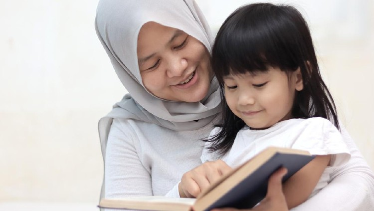 Muslim mother teach her daughter how to read the holy quran, islamic teaching
