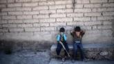 Sekelompok anak di salah satu desa di Meksiko berbaris membawa replika senjata sebagai latihan untuk menghadapi kartel narkoba yang kian meresahkan.