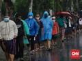 FOTO: Rela Antre Diguyur Hujan Demi Takjil Gratis