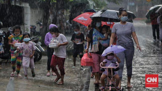 BMKG mengeluarkan peringatan potensi hujan disertai kilat dan angin kencang di sebagian wilayah Jakarta pada Rabu (15/9) siang hingga malam.