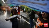 Meskipun curah hujan jatuh dari langit, tak menyurutkan warga untuk ikut dalam antrean guna mendapatkan takjil gratis di Cempaka Putih, Jakarta.