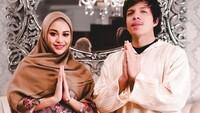 <p>Throwback Ramadhan tahun lalu, Aurel Hermansyah mengenakan gamis dan hijab. (Foto: Instagram @attahalillintar)</p>