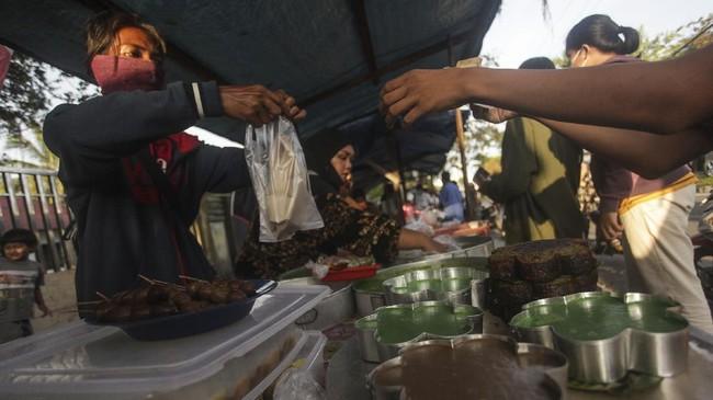 Berburu takjil telah menjadi momen yang identik ketika bulan Ramadan tiba. Berikut pemandangan keriuhan momen berburu takjil di sejumlah daerah.