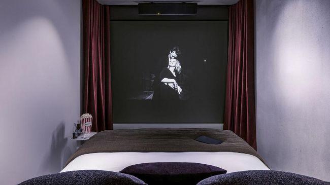 Di hotel ini para cinephile bisa menikmati film selayaknya berada di dalam bioskop tanpa perlu keluar kamar.