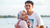 <p>Sweet banget ya, Bunda? Kita doakan Ikke Nurjanah dan Karlie Fu langgeng terus. (Foto: Instagram @karliefu_)</p>