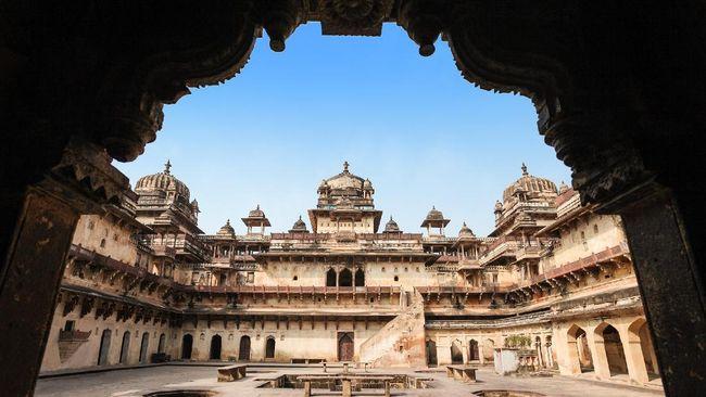 Keruntuhan Dinasti Mughal di India bukan hanya disebabkan oleh pertikaian internal tetapi juga akibat campur tangan Inggris.