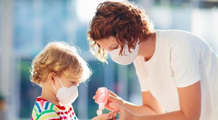 Bunda bisa membuat hand sanitizer sendiri di rumah, berikut cara dan bahan yang dibutuhkan untuk membuatnya. Eh jangan lupa, ajak Si Kecil berkreasi juga ya.