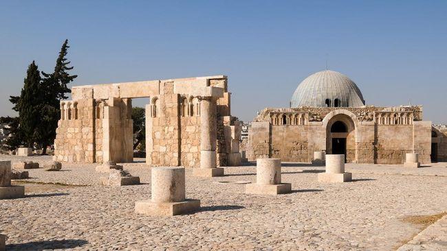 Di masa Kekhalifahan Umayyah sistem politik demokrasi justru diubah menjadi monarki absolut.