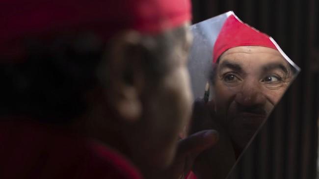 Belhussein Abdelsalam berusaha ceria menjadi Charlie Chaplin dan badut dari Maroko demi mencari nafkah di tengah impitan kemiskinan.