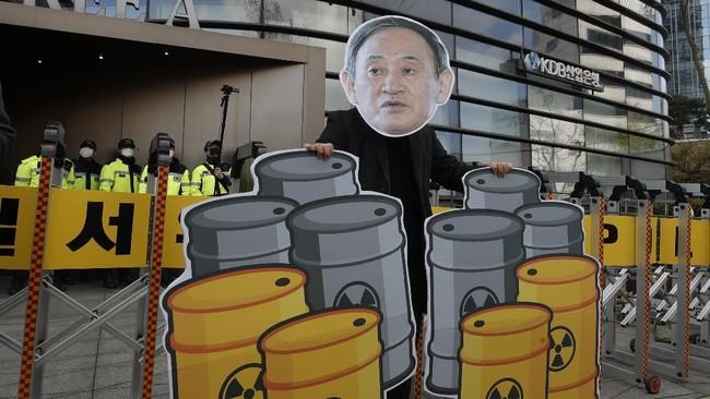 Aktivis lingkungan di Korsel menggelar aksi menolak keputusan pemerintah Jepang untuk membuang limbah mengandung radioaktif dari situs nuklir Fukushima ke laut.