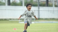 <p>Hampir berusia 5 tahun, Sekala tumbuh menjadi anak yang sangat aktif. Ia masihsering diajak Ayah Dito mainsepakbola meski sudah pindah ke Bali (Foto: Instagram @dittopercussion).</p>