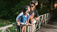 <p>Pindahnya keluarga Ayudia Bing Slamet ke Bali memberi pengalaman baru untuk Sekala. Ia kini bisa lebih dekat dengan alam dan menikmati suasana asri setiap hari (Foto: Instagram @dittopercussion).</p>