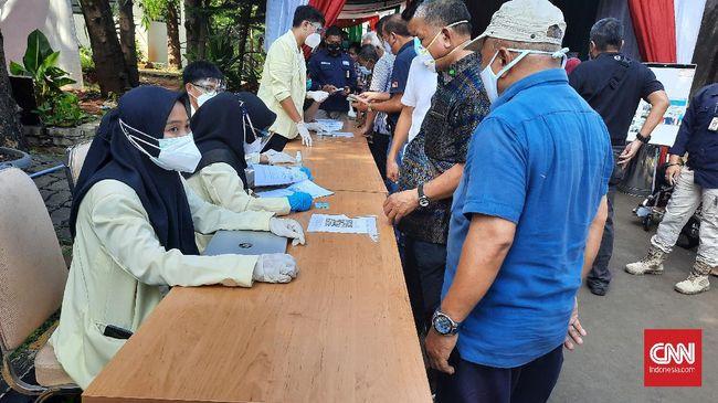 Menkes Budi Gunadi mengungkapkan jumlah vaksinasi harian dikurangi menjadi 250-300 ribu, dari yang semula 500 ribu dosis vaksin dalam sehari.