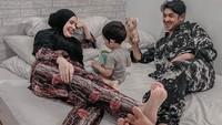 <p>Tampaknya, sesibuk apapun Arya Saloka syuting sinetron dan iklan, ia selalu sempatkan diri untuk memiliki waktu berkualitas bersama Putri Anne dan Si Kecil Ibrahim. (Foto: Instagram @arya.saloka)</p>