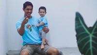 <p>Setiap Arya Saloka unggah foto momong anak, tak jarang menuai pujian dari penggemarnya. Salah satunya, pemeran Aldebaran di Ikatan Cinta ini disanjung suami idaman. (Foto: Instagram @putriannesaloka)</p>
