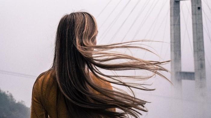 Yuk, Cobain Alternatif Meluruskan Rambut Tanpa Catokan Ini!