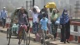 Puluhan ribu warga berbondong-bondong keluar dari Dhaka sebelum pemerintah Bangladesh menerapkan aturan lockdown nasional pada pekan ini.