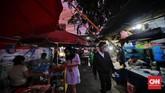 Aktivitas jual beli takjil jelang berbuka masih dapat ditemui di sejumlah sudut ibu kota, meski Indonesia masih dicekam pandemi covid.