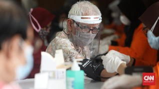 FOTO: Mengantar Lansia Disuntik Vaksin Covid Saat Berpuasa