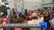 VIDEO: Antre Bansos, Warga Berdesakan Hingga Saling Dorong