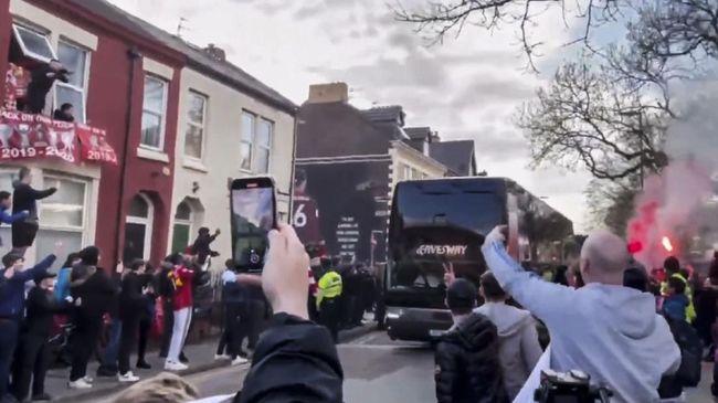 Suporter Liverpool merusak bus tim Real Madrid jelang perempat final Liga Champions. Insiden memalukan tiga tahun lalu pun terulang.
