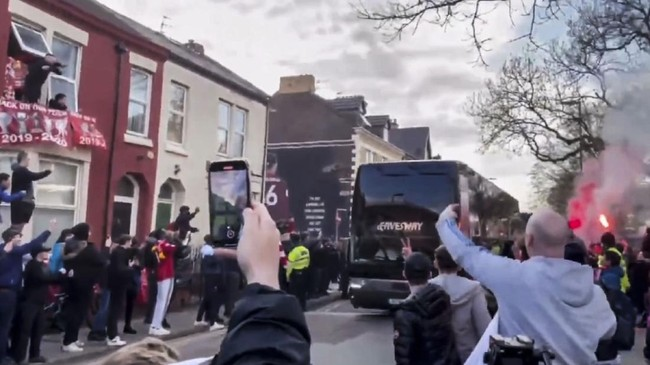 Oknum suporter Liverpool merusak bus tim Real Madrid saat Karim Benzema dan kawan-kawan menuju Stadion Anfield jelang laga Liga Champions.