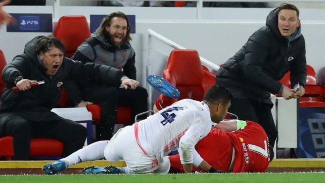 Pelatih Real Madrid Zinedine Zidane malah tertawa melihat aksi brutal Casemiro kepada James Milner saat melawan Liverpool.