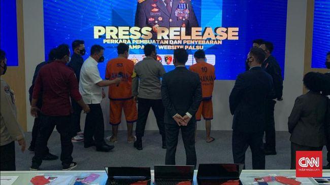 Dua orang WNI ditangkap di Surabaya atas tuduhan membuat situs palsu milik pemerintah AS untuk menipu sehingga bisa meraup dana hingga US$60 juta.