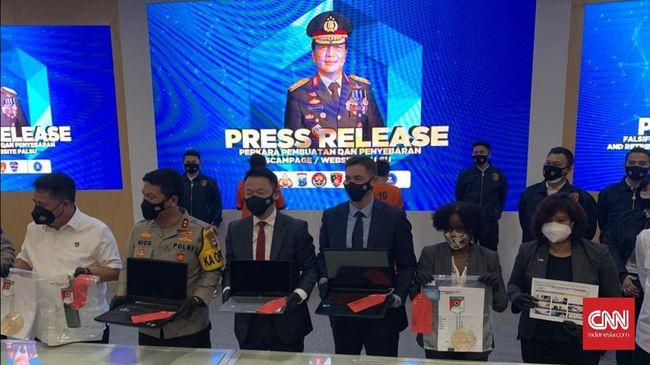 Dua orang ditangkap polisi di Pasar Turi, Surabaya karena membuat situs palsu yang merugikan pemerintah AS jutaan dolar.