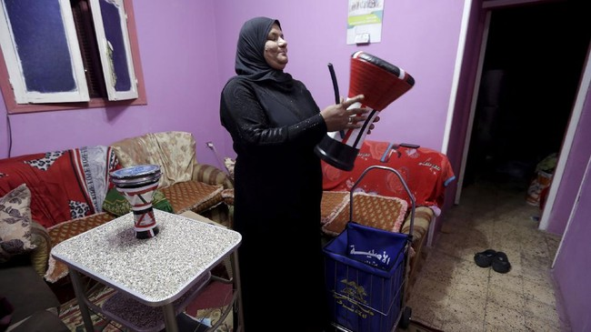 Seorang nenek di Mesir,  Hajjah Dalal, menjalani tugas sebagai mesaharati, seorang relawan yang membangunkan umat Muslim untuk sahur menggunakan gendang.