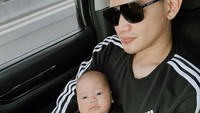 <p>Tak jarang, suami Citra Kirana ini mengenakan <em>couple look</em> dengan putranya. Kali ini, keduanya kompak pakai baju hitam putih. (Foto: Instagram @thereal_rezkyadhitya)</p>