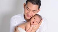 <p>Rezky Adhitya sedang menikmati peran barunya sebagai ayah nih, Bunda. Putra pertamanya, Keene Atharrazka Adhitya, kini berusia 7 bulan. (Foto: Instagram @thereal_rezkyadhitya)</p>