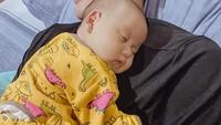 <p>Menjadi seorang ayah memang bukan perkara mudah. Rezky Adhitya saja sampai ikut tertidur saat momong anaknya. (Foto: Instagram @thereal_rezkyadhitya)</p>