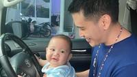 <p>Athar sudah besar nih, Bunda. Athar bahkan sudah mau belajar menyetir mobil bareng Ayah Rezky. <em>He he he...</em> (Foto: Instagram @thereal_rezkyadhitya)</p>