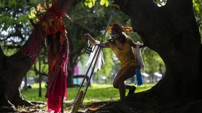 Para seniman Brasil terpaksa mengadakan pertunjukan seni secara daring selama pandemi Covid-19.