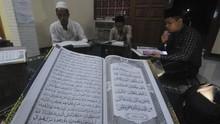 FOTO: Tekun Tadarus Al-Quran di Bulan Ramadan