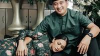 <p>Pasangan yang menikah pada 9 Oktober 2020 itu terlihat semakin romantis. Tata Janeeta kerap mengabadikan sesi foto kehamilan bersama suaminya. (Foto: Instagram @tatajaneetaofficial).</p>