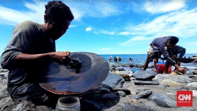 Para penambang emas di Maluku Tengah membawa anak mereka lantaran dianggap memberi keberuntungan.