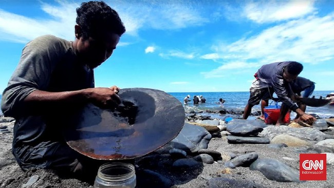 Bocah-bocah Pendulang Emas di Pantai Pohon Batu Maluku