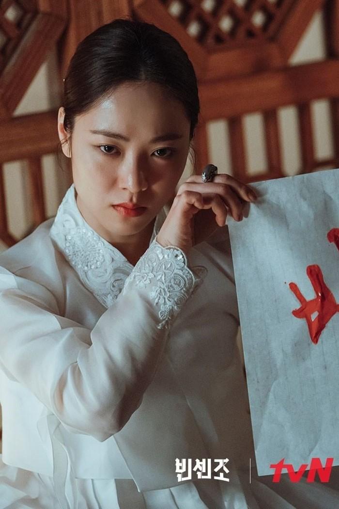Dalam cuplikan di balik layar episode 15-16, Song Joong Ki yang memerankan Vincenzo memuji Hong Cha Young (Jeon Yeo Bin) yang terlihat sangat cantik dalam balutan hanbok putih saat sedang menyamar sebagai dukun. (Foto: instagram @tvndrama.official)