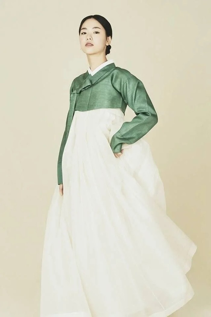 Saat memakai hanbok sederhana berwarna hijau dan putih, Jeon Yeo Bin tetap bisa menunjukkan gaya cool dan elegan yang merupakan ciri khasnya, serta memancarkan pesonanya yang kuat. (Foto: jeonyeobeen.tistory.com)