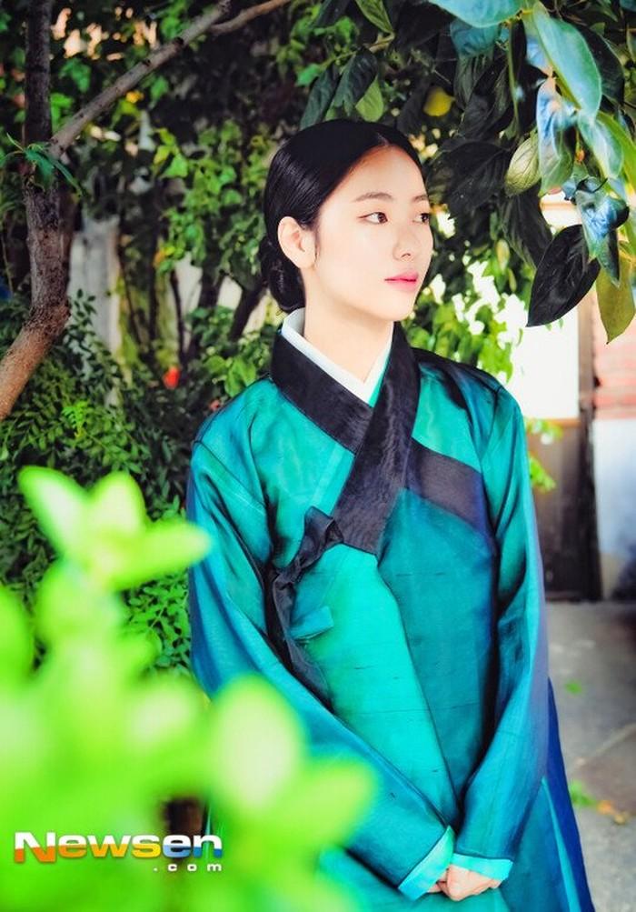 Sebelumnya, Jeon Yeo Bin juga pernah membintangi drama Korea 'Save Me' (2017) dan berkesempatan untuk melakukan 'Hanbok Interview'. Dengan memakai hanbok berwarna hijau tua, Jeon Yeo Bin terlihat sangat anggun. (Foto: newsen.com)
