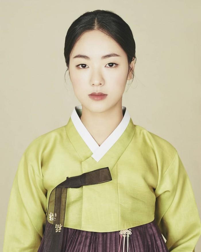 Layaknya sebuah lukisan dari zaman kerajaan, visual Jeon Yeo Bin dalam balutan hanbok ini tampak seperti tidak nyata. Semakin tidak sabar ingin melihat Jeon Yeo Bin bermain dalam drama sejarah, kan? (Foto : jeonyeobeen.tistory.com)